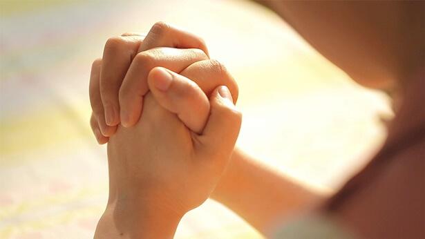 Modlitwa do Boga i powierzę moją córkę Bogu, aby doświadczyć tej sytuacji